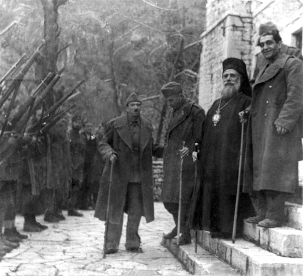 Ο Μητροπολίτης Κοζάνης Ιωακείμ τους Γιώργο Σιάντο, γραμματέα του ΚΚΕ, συνταγματάρχη Ευριπίδη Μπακιρτζή, πρώτο πρόεδρο της ΠΕΕΑ, και Κώστα Γαβριηλίδη, γραμματέα του Αγροτικού Κόμματος Ελλάδας στην Βίνιανη Ευρυτανίας, έδρα της ΠΕΕΑ, Δημοτικό Κέντρο Ιστορίας και Τεκμηρίωσης Βόλου – φωτ. Γιάννης Νισύριος