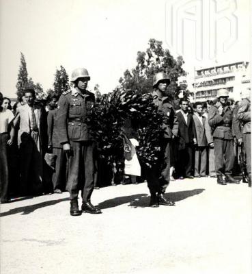 Γερμανοί στρατιώτες καταθέτουν στεφάνι στον Άγνωστο Στρατιώτη πριν από την αποχώρηση τους – Αθήνα 1944