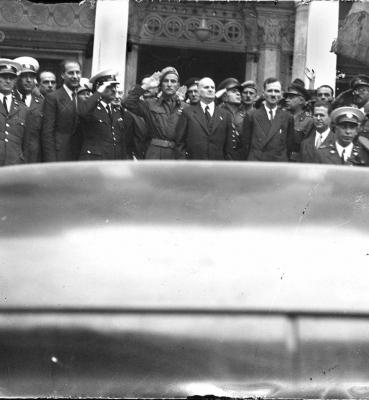 Η είσοδος της Μητρόπολης μετα το τέλος της δοξολογίας στις 14 Οκτωβρίου. Διακρίνονται στο κέντρο ο Διευθυντής Αστυνομίας Αθηνών Άγγελος Έβερτ, τα μέλη του κυβερνητικού κλιμακίου Φ. Μανουηλίδης και Γ. Ζέβγος. Στην πίσω σειρά ο Λ. Ακρίτας και ο Γ. Σερπανος, Αρχείο ΕΡΤ – Πέτρος Πουλίδης