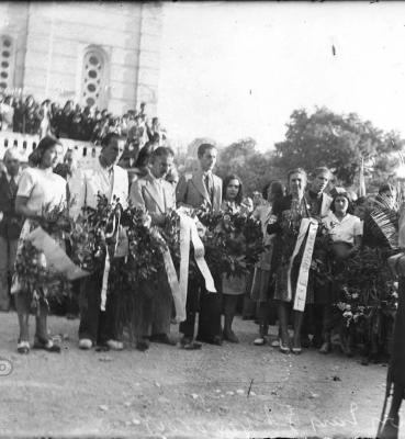 Τμήμα του ΕΛΑΣ και πλήθος κόσμου τελούν μνημόσυνο για τα θύματα της Αντίστασης στον Ναό του Αγίου Νικολάου Πευκακίων λίγο μετά την Απελευθέρωση, Αρχείο ΕΡΤ – Πέτρος Πουλίδης