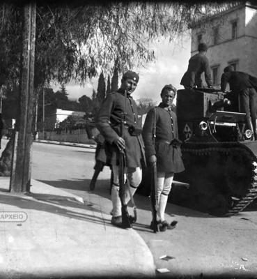 Άνδρες των Ταγμάτων Ασφαλείας δίπλα σε μικρό γερμανικό τεθωρακισμένο στη συμβολή των οδών Πανεπιστημίου και Βασ. Σοφίας, Αρχείο ΕΡΤ – Πέτρος Πουλίδης.